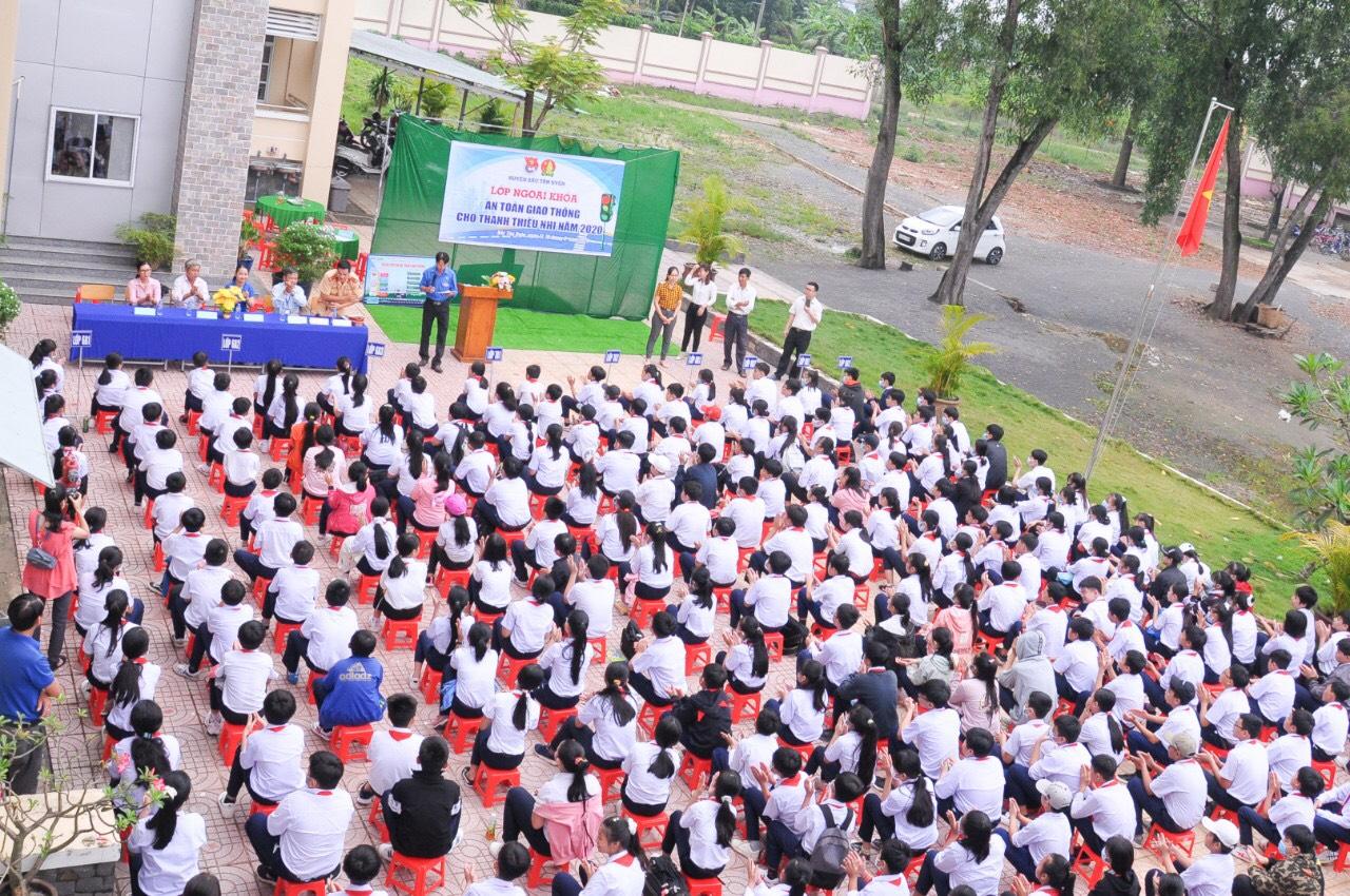 Học sinh toàn trường tham gia buổi ngoại khóa